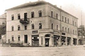Das ehemals alte Bauernhaus wurde zu einem damals modernen Wohn- und Geschäftshaus umgebaut.